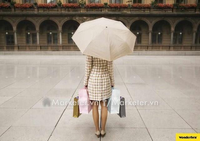 Quảng cáo của hãng chuyên về áo ngực Wonderbra, câu hỏi đặt ra là người phụ nữ giữ chiếc ô bằng gì khi hai tay cô ấy còn đang bận xách đồ?